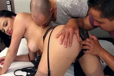 nice-looking lady-man Bruna Castro Sucks And plows Two Delivery males